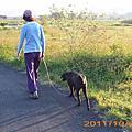 20111030媽媽帶小黑散步