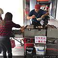 【新竹美食】無名蛋糕店,阿伯特製雞蛋糕,一個五元!自己找錢、自己夾蛋糕、自己裝袋,一個誠實商店的概念。