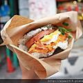 【沖繩自由行】沖繩必吃美食-ポークたまごおにぎり,沖繩人氣最高早餐。炸蝦豬肉蛋飯糰配上店員的溫暖笑容,滿滿幸福滋味
