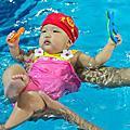 可樂娜試上游泳課