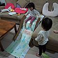 雙寶的紙箱溜滑梯