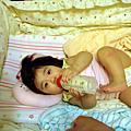 2007年7月4日宥宥學習拿奶瓶