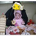 小花媽抱著小花妞~ 20110228