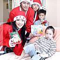 2004/12/10 坤達、張天霖、裴琳扮聖誕老人送愛心