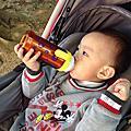 弟弟願意自己拿奶瓶了