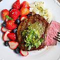 香煎奶油蒜香紐西蘭頂級菲力牛排佐莓果沙拉「紐約私廚」