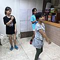 室內遊戲、攻佔城堡、紅綠燈,足球遊戲和羽球課,做鬆餅,戲劇課與排舞