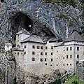 建在山洞中的帕瑞德亞姆斯基城堡Castello Di Predijama