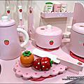 Yuki 4歲-生日禮物「Mother Garden 木製玩具大草莓粉紅廚房組」2011-1225
