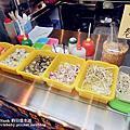 【高雄三民美食】隱身在高雄建工夜市的愛心麵店「香香現煮小卷&涼麵」,65歲長輩用餐一律免費,學生用餐折價優惠。