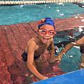 兒子學游泳
