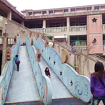 宇宙探索溜滑梯!大人覺得很恐怖,小孩愛到不行
