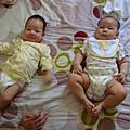 兩個娃娃~哇-哇-哇!