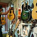 為演唱會添購吉他