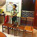 20120513(31)威德在一樓新客廳架四張桌子當舞台