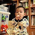 2011-10-21-小J吃米餅
