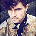 2015年男生流行髮型參考 ~ 男孩們 厭倦了自己一絲不苟的髮型了嗎? 在這個秋冬流行 是讓頭髮增添時髦的捲度 增加豐厚感 造型也更強烈 裡面有兩款提案 你到底適合哪一種呢?