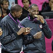 男子籃球賽事精彩瞬間