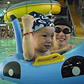 友友去游泳,玩得很高興!