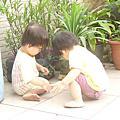 1歲7個月妹妹會放手走樓梯,2個人喜歡重覆著別人的話尾