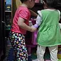 和姊姊一起玩