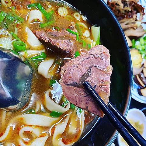 宜蘭火車站美食│大成羊排麵牛肉麵│入口即化的肉加濃郁湯頭與超Q麵條的組合