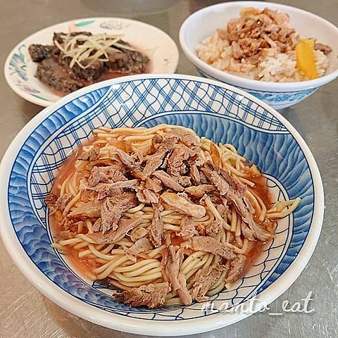 嘉義小吃推薦|阿波鴨肉麵:特製紅醬的經典搭配,不小心就點滿桌的銅板美食。